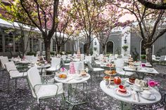 Can you believe this in the middle of the hustle and bustle of New York City?  (The World's Best Garden Dining  - Veranda.com)