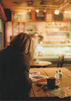 Koffie en krant en cafe
