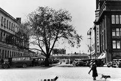 Linja-autoasema  Nyberg Jarl 1930 Helsingin kaupunginmuseo Linja-autoasema. Salomonkatu. Vasemmalla Turun kasarmin sivurakennus, edessä olevat puurakennukset kuuluvat Turun kasarmin rakennuksiin. Helsinki, Real People, Past, Photographs, Street View, Black And White, Architecture, Travel, Historia