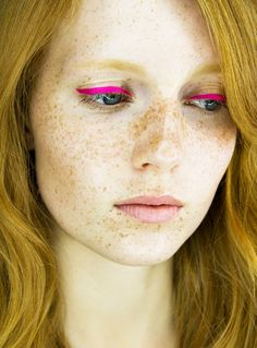 Pink liquid eyeliner with natural makeup - Just after I buy electric blue, I have to see this photo...