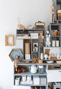 Rangement par modules pour un bureau Arranging Bookshelves, Bookshelf Styling, Doors And Floors, Turbulence Deco, Interior Architecture, Interior Design, Shelf Furniture, Love Home, Shop Interiors