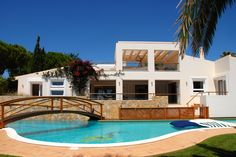 This wonderful property in #Carvoeiro has one of the best outdoor spaces around. Just look at that pool!