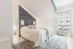 dachschraege-ideen-schlafzimmer-weiss-grau-tapete-holzoptik