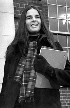 "The Ultimate Fall Style Muse: Ali MacGraw in ""Love Story"" Ryan O'neal, Ali Macgraw Love Story, Film Love Story, Ali Mcgraw, Katharine Ross, Estilo Preppy, Seventies Fashion, Mode Vintage, Preppy Style"