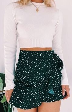 Look pretty in a polka dots with the Meredith Skirt Green Polka! Style this spotted stunner with a white crop, sneakers and sunnies for a casual day look that is perfect for a picnic in the park with the girls! Source by Outfits skirt Cute Casual Outfits, Cute Summer Outfits, Spring Outfits, Summer Dresses, Cute Outfits With Skirts, Skirts For Summer, Green Outfits, Hipster Outfits, Unique Outfits