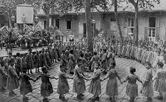 Barcelona - Casa Provincial de Caridad. Patio Puget, niñas.