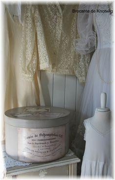 zeer grote hoedendoos  bij  Brocante de Knotwilg Shabby Boxes, Lace Wedding, Wedding Dresses, Cream, Fashion, Bride Dresses, Creme Caramel, Moda, Bridal Gowns