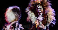 Como fazer uma cauda de gato Jellicle de lã. No musical Cats, o gato Jellicle era um membro da tribo felina Jellicle. Os membros dessa tribo são gatos preto e branco que têm uma personalidade durante o dia e outra durante a noite. Se você for encenar ou criar fantasias para uma produção de Cats, vai precisar de caudas peludas de gatos Jellicle. O meio mais barato de criá-las é usar lã. A ...