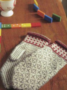 Ravelry: Heilo Mittens pattern by Veronik Avery Knitted Mittens Pattern, Knit Mittens, Knitted Gloves, Knitting Socks, Knitting Stitches, Hand Knitting, Knitting Patterns, Crochet Patterns, Fingerless Mittens