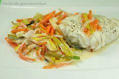 filet de poisson blan et julienne de légumes