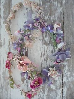 I love wreaths, there is no beginning and no end...I love this very simple wreath...I hate the thought of taking my wreaths down...and so I am on the hunt for a new wreath..