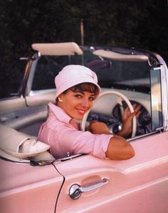 Joan Collins driving her 1956 Pink Ford Thunderbird.all the very elegant lady's and movie stars bought them at the time. Love Vintage, Vintage Pink, Vintage Cars, Vintage Photos, Brigitte Bardot, Pink Love, Pretty In Pink, Marilyn Monroe, Pinup