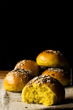 Pan de hamburguesa con cúrcuma y leche de coco - Bake-Street.com Salty Foods, Slider Recipes, Vegan Bread, Tasty, Yummy Food, Sin Gluten, Raw Food Recipes, Street Food, Food Photography