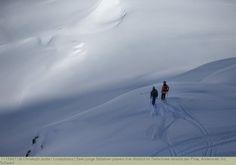 Zwei junge Skifahrer planen ihre Abfahrt im Tiefschnee abseits der Piste, Andermatt, Uri, Schweiz