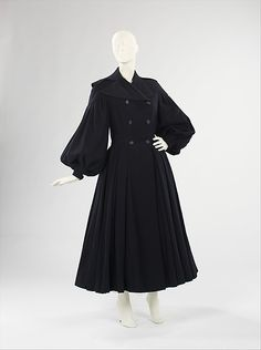 Coat Designer: Mainbocher (American, Date: fall/winter 1948 Culture: American Medium: wool, plastic Vintage Coat, Mode Vintage, Vintage Ladies, Moda Fashion, 1940s Fashion, Vintage Fashion, Funky Fashion, High Fashion, Vintage Dresses