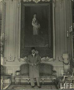 الملك فاروق في قصر عابدين وفي الخلف صورة الملك فؤاد. King Farouk standing at Kasr abdeen palace in front of his father king fouad picture