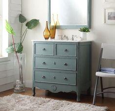 décoration salle de bains style vintage -vanité relookée et verrerie jaune
