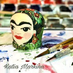 "Dedal Frida . Hecho a mano.Madera,acuarela. Autor Katia Markina. Tienda taller ""A Mano "" c/ Sagastia 16 Ezcaray La Rioja."