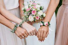 Hochzeitsblumen - Armbänder aus Blumen für Braut und Brautjungfern - Originelle Landhaushochzeit mit VW Bulli | Hochzeitsblog The Little Wedding Corner