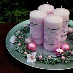 Velký+svícen+na+talíři+pro+romantičky+Romantický+luxusní+adventní+svícenna+slavnostní+stůl+-+světle+růžovésvíce,+dozdobené+stuhou+se+stříbrným+vzorem,+jalovcem,+vánočními+kouličkami+a+perličkami+ve+stejném+odstínu+namatnémmetalickém+talíři,+který+lakovaný+starostříbrným+vintage+lakem.+Průměr+talíře+33+cm.+Rozměry+svíček+-+průměr+6+cm,+v.+12+cm... Advent, Table Decorations, Diy, Design, Home Decor, Decoration Home, Bricolage, Room Decor