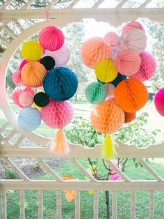 Besoin d'une décoration pour une baby shower? on adore les suspensions de boules alvéolées! #decoration #fete #fiesta #honeycombballs