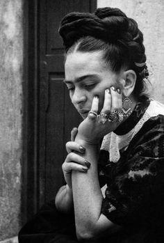Frida y su estilo muy personal: trenzas, joyería y ropa tradicional de Mexico. / Frida and her own style: braiding, jewelry and Mexican traditional clothing.