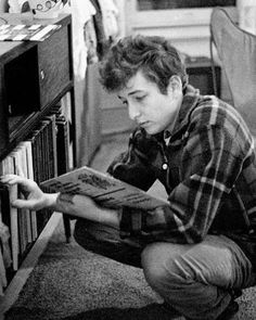 Dylan checking out some LP's. #bobdylan