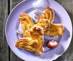 Osterhühner: Sehen toll aus und werden mit einer Creme aus Rahm und Eierlikör gefüllt - wer möchte da nicht Hahn im Korb sein? #Rezept #Ostern #Backen