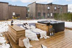 På uteplatsen har säljaren byggt en stor altan och en platsbyggd solsäng i trä. Säljaren har också installerat en jacuzzi som drivs på el och kan användas året runt.