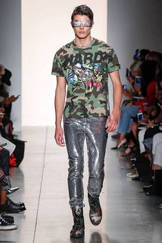 Just a few people were looking for Jeremy Scott, the people's designer to triumph with his Read-To-Wear Spring/Summer 2018 collection in New York fashion week Catwalk Fashion, Fashion Week, New York Fashion, World Of Fashion, Mens Fashion, Jeremy Scott, Scott Kelly, Vogue Paris, New York Street Style