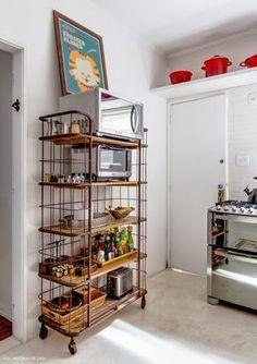 Uma cozinha com armários de madeira de demolição, um quarto aconchegante em tons neutros e um escritório incrível com tijolinho, rede e parede de mapas.