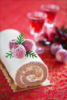 Brazo gitano navideño. Relleno de manzana, almendras y canela, crema pastelera blanca y colocar baño de color de azúcar roja, verde, blanca y guindas rojas y verdes.