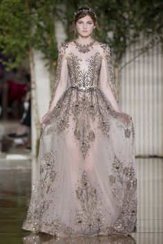 Zuhair Murad i kolejna piękna kolekcja haute couture - jesień/zima Couture Embroidery, Embroidery Dress, Wedding Embroidery, Crystal Embroidery, Gold Embroidery, Kaftan, Couture Dresses, Fashion Dresses, Zuhair Murad Dresses