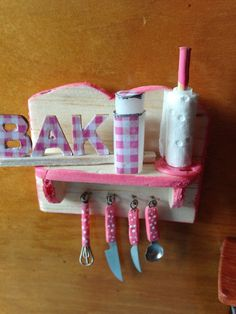Miniatur Küchenhelfer Regal 1:12 für Puppenstube, Puppenhaus