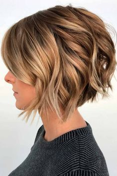 36 Amazing Layered Bob Haircuts: Modern And Stylish Wavy Bob With Highlights ★ With layered bob haircuts, there's no way you won't look your best. Dive into our gall Choppy Bob Hairstyles, Layered Bob Hairstyles, Bob Hairstyles For Fine Hair, Short Bob Haircuts, Short Hairstyles For Women, Hairstyles 2018, Short Hairstyles With Highlights, Bobs For Wavy Hair, Stacked Bob Haircuts