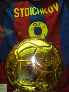Shirt signed by Stoichkov and the Ballon d'Or won in 1994 God Of Football, Best Football Players, Fc Barcelona, Ronald Koeman, Ballon D'or, Best Club, Best Player, Soccer Ball, Messi