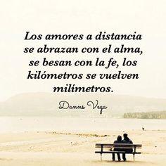 Son amores a distancia a pesar de que viven en la misma ciudad... y aunque a veces sus miradas se cruzan pareciera que se conocen pero de otra vida.