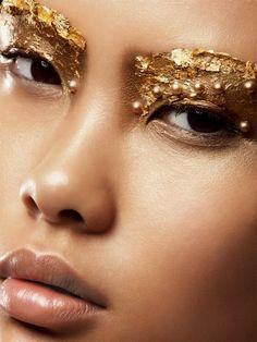 Daun emas merupakan bagian integral d © cor dan tren ini telah populer sejak zaman sejarah.