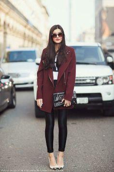 Burgundy coat. / style / streetstyle / chic women / stylist / black skinny pants / scarpin / clutch / hairstyle /