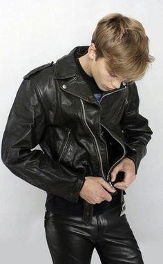 """lederandi: """"leatherarmysport: """"#leatherarmysport """" geil """" scheint ein ganz niedliches Bürschchen zu sein!"""