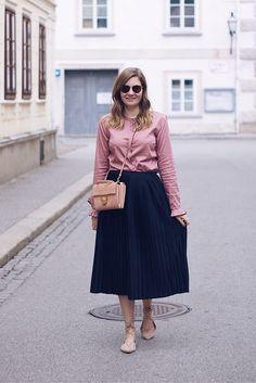 Streetstyle Herbst Outfit mit Pliseerock und Bluse