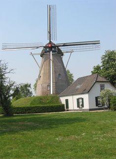 De Keetmolen te Ede in de gemeente Ede uit 1858. Volgens het opschrift onder het wiekenkruis en het bord bij de ingang zou de molen in 1750 gebouwd zijn, maar volgens de annalen is er pas in 1856 een bouwvergunning afgeven, waarbij de molen binnen twee jaar gebouwd moest worden. De huidige naam heeft de molen te danken aan het feit dat van 1845 tot 1878 nabij de molen een werkkeet heeft gestaan, voor de aanleg van de spoorlijnen Arnhem-Utrecht. De windmolen is een koren-, beltmo...