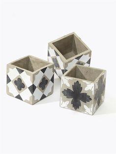 L'esprit authentique des carreaux de ciment s'invite sur ce cache-pot original et graphique.  Détails4 petits ronds de feutrine. Dim. 11 x 11 x 11 cm.