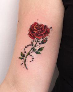 Tatuagem criada por Rob Carvalho de São Paulo. Rosa vermelha no braço.