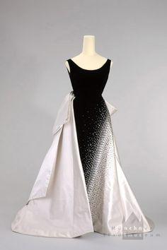 Evening dress by Emilio Schubert, Rome, around 1953, at the Münchner Stadtmuseum. Worn by Queen Soraya of Iran. Silk velvet, silk, rhinestones, pearls.