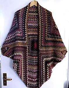 New crochet shrug outfit granny squares Ideas Crochet Cardigan Pattern, Crochet Jacket, Crochet Blouse, Crochet Shawl, Diy Crochet, Crochet Stitches, Sewing Clothes, Crochet Clothes, Bandeau Crochet