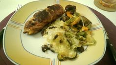 Lachs von Bacon umrollt, mit pikanter Gemüsepfanne und Feta-Käse