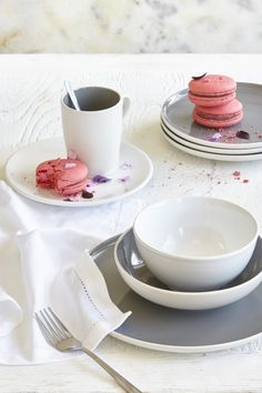 Bring some modern style to your table settings with this 12-piece dinner set from the Mica range. Made of white stoneware with contrasting grey interior, the set includes 4 dinner plates, 4 side plates and 4 bowls. | Tesco