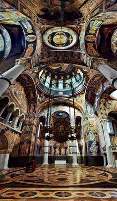 Iglesia de San Jorge, Oplenac, Serbia. con sus extraordinarios mosaicos y mármoles ricos, se ve como una iglesia bizantina del siglo 10º
