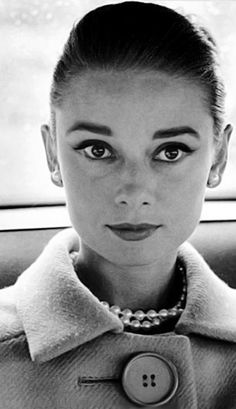 """The actress Audrey Hepburn photographed by Henry Wolf (assistant of Richard Avedon. This photo was taken during a session for a fashion editorial, called """"Paris Pursuit"""", specially for the American. Audrey Hepburn Outfit, Audrey Hepburn Mode, Natalie Wood, Grace Kelly, Rita Hayworth, Ali Mcgraw, Mode Lookbook, Vivien Leigh, Look Vintage"""